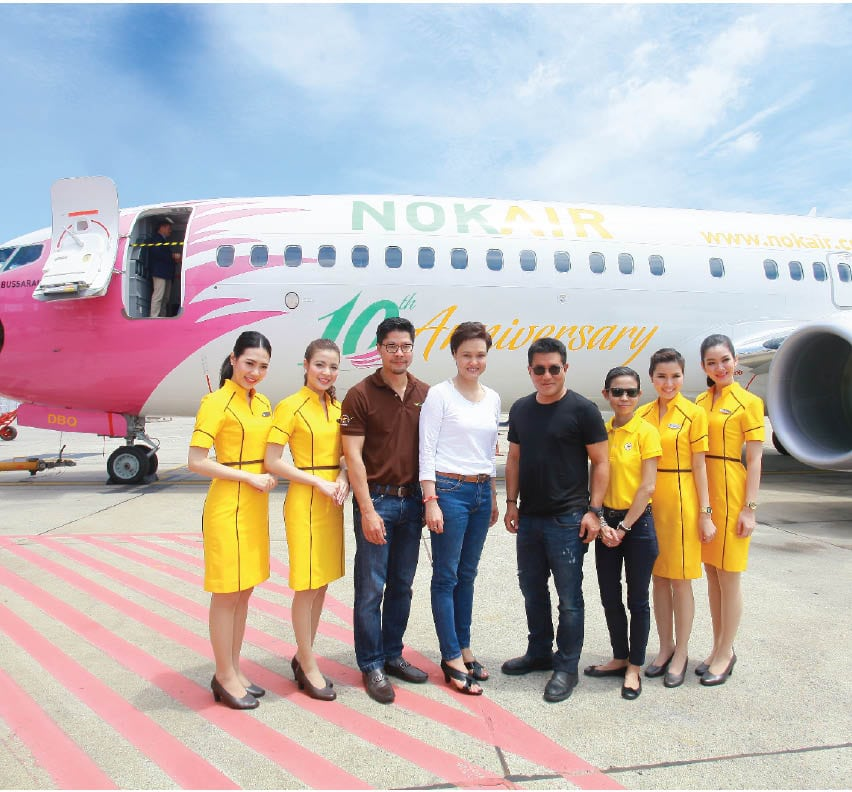 Suphajee_Suthumpun,_Chairman_of_the_Executive_Committee_and_CEO_(center_Left)_with_Patee_Sarasin_Nok_Air_CEO_(Center_Right)_in_front_of_NOK_BUSSARAKAM_the_first_737-800NG_to_have_inflight_Wi-Fi