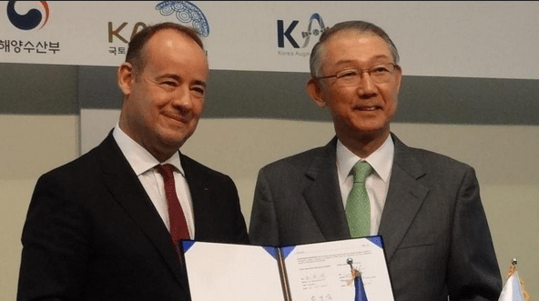 Jean Loïc Galle, president and CEO of Thales Alenia Space, and Gi Wook Nam, director of KASS Programme Office, sign an agreement for KARI's KASS