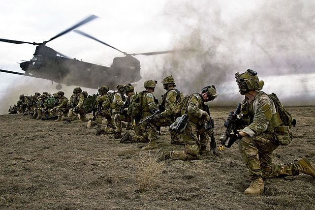 U.S. Army Rangers, assigned to 2nd Battalion 75th Ranger Regiment, prepare for extraction from their objective during Task Force Training on Fort Hunter Liggett, California, Jan. 30, 2014. Photo: U.S. Army/Spc. Steven Hitchcock.