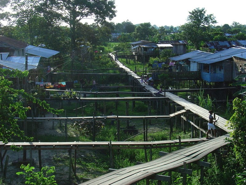 Houses and sidewalk platforms in Leticia, Colombia. Photo: Wikimedia.